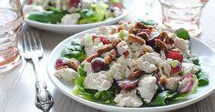 Lehký kuřecí salát s řeckým jogurtem, hrozny a ořechy