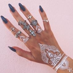 Henna tattoo - you will learn all about: henna color, henna tattoo patterns, white henna. Henna is healthy for the skin? How long will the henna tattoo Henna Tattoos, Henna Tattoo Hand, Boho Tattoos, Henna Tattoo Designs, Henna Motive, Henna Tattoo Muster, Muster Tattoos, White Finger Tattoos, Tattoo Main