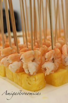 Brocheta de Langostino con Piña Appetizers For Party, Party Snacks, Appetizer Recipes, Xmas Dinner, Sandwiches, Incredible Edibles, Mini Foods, Chips, My Favorite Food
