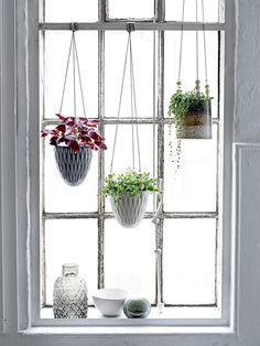 Dainty hanging pots in stoneware from Bloomingville.