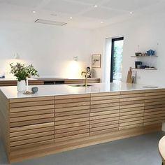 Til denne uges er vi faldet over dette smukke MASSIV køkken hj. Nordic Kitchen, Kitchen Living, New Kitchen, Kitchen Interior, Interior Design Living Room, Kitchen Decor, Kitchen Design, Cuisines Design, Home Kitchens