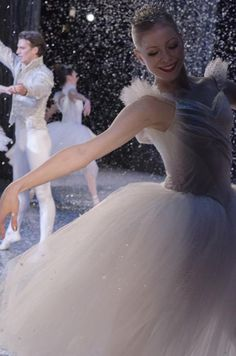 5 Life Hacks For Adult Ballet Dancers Male Ballet Dancers, Ballerina Dancing, Sugar Plums Dancing, Nutcracker Costumes, Ballet Costumes, Ballet Music, Ballet Photography, Beautiful Smile, Christmas Colors