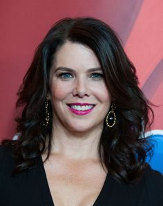 Lauren Graham Long Wavy Cut - Lauren's cascading waves added volume and texture to her layered chop.