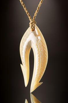 Doppelter Angelhaken aus Trochus Perlmutt als Symbol der Stärke. Die gebündelte zweifache Form des Angelhaken als Zeichen für großen Einfallsreichtum und Kreativität der pazifischen Inselbewohner. Als...