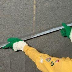 dresser le mortier avec l'aide d'une règle de maçon Small House Design, Aide, Outdoor Power Equipment, Dresser, Home Decor, Garage, Building, Loft, Decoration