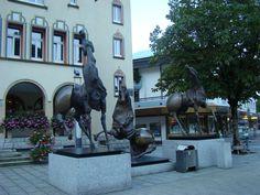 Три лошади на площади перед ратушей, созданные швейцарским скульптором-модернистом Нагом Арнольди в 1992 году. 13 августа 2015