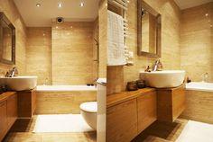 Mała łazienka pomieściła wannę, pralkę oraz podumywalkową szafkę na kosmetyki. Wszystkie meble zostały zaprojektowane i wykonane na wymiar. W ten sposób nie tylko zaoszczędzono miejsca, ale przede wszystkim uzyskano w pełni funkcjonalne i wygodne mieszkanie, które jest w stanie pomieścić więcej niż jedną osobę.