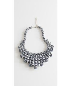 Girocollo gioiello con applicazione di cristalli grigi con allacciatura regolabile.