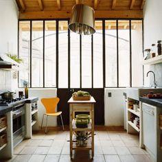 Cuisine vintage : lui donner un style pop Kitchen Dinning, Kitchen Tiles, Kitchen Cabinets, Kitchen Ware, Kitchen Island, Dining, Ikea Island, Accent Colors For Gray, Vintage Baking