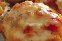 Coloque uma colherada de Catupiry e queijo ralado em cada batata para finalizar o prato
