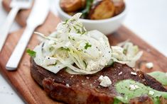 A flavourful sauce verde adds a nice twist to your steak. Serve it with roast potatoes and a crisp fennel salad for a delicious dinner in less than 30 minutes. Skillet Steak, White Cheese, Fennel Salad, Baby Potatoes, Salsa Verde, Salmon Burgers, Crisp, Roast, Stuffed Peppers