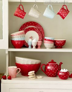 polka dot dishes!