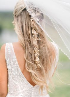 An effortless and whimsical wedding hairstyle.  Photo: @meredithcampbellphoto Hairstyles For Round Faces, Formal Hairstyles, Bride Hairstyles, Messy Hairstyles, Hairstyles Videos, Straight Hairstyles, Medium Hair Styles, Curly Hair Styles, Natural Hair Styles