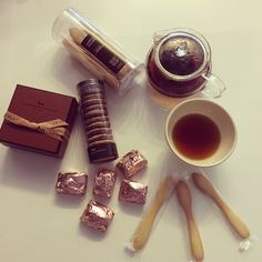Merci @_cutie_mammie_! Paris TEA time✨❤️ #TEAtime #LaMaisonDuChocolat #marronglace #champagnetruffle #poilane #poilanecookie #mariagefreres #おやつ #マロングラッセ #ラメゾンドゥショコラ #ポワラーヌ #マリアージュフレール #パリからのお菓子で溢れている幸せな我が家 #マロングラッセの季節です #うっかりメゾンドゥショコラで100Euroオーバー