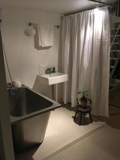 "Résultat de recherche d'images pour ""barbican japanese house exhibition"" Barbican, Japanese House, Curtains, Shower, Architecture, Life, Rain Shower Heads, Arquitetura, Blinds"