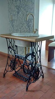 67 Ideas Vintage Furniture Diy Antiques Old Sewing Machines For 2019 Sewing Machine Tables, Antique Sewing Machines, Sewing Table, Repurposed Furniture, Diy Furniture, Bathroom Furniture, Vintage Furniture, Diy Casa, Rustic Bathrooms