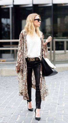 What is Kimono's kimono is a Japanese-style outfit arranged with flowing arms and easy comfort when you wear them that can be styled to be warm or cool depending on the fabric made from the material. Style Kimono, Mode Kimono, Kimono Outfit, Kimono Fashion, Boho Fashion, Spring Fashion, Kimono Cardigan, Bohemian Kimono, Kimono Jacket