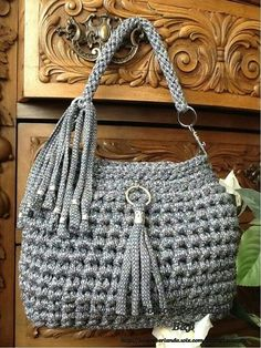 This Pin was discovered by Ele Diy Crochet Bag, Love Crochet, Knit Crochet, Crochet Handbags, Crochet Purses, Diy Fashion Projects, Yarn Bag, Bead Embroidery Jewelry, Craft Bags
