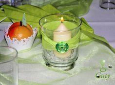 Sviečka v dekoračnom svietniku dodekorovaná stuhou a diamantom.