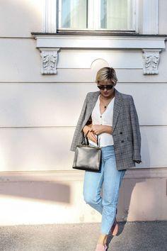 tifmys – Blazer: Mango   Button-up Bluse: Topshop   Mom Jeans: Missguided   Loafers: H&M   Tasche: Mansur Gavriel Elegant Bag   Sonnenbrille: Vogue x Gigi Hadid