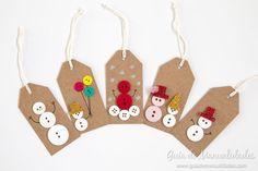 Te presentamos 5 ideas de etiquetas navideñas para preparar con botones! Aprovecha tu creatividad y decora tu árol y regalos con ellas!