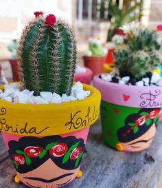 Somos apaixonadas pelo que fazemos! Cada vaso é único. Cada composição de cores, Plantas, tudo é pensado para dar mais vida ao nosso… Painted Plant Pots, Painted Flower Pots, Succulents Garden, Garden Pots, Pottery Painting Designs, Flower Pot Crafts, Art N Craft, Cactus Y Suculentas, Terracotta Pots