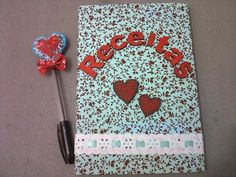 Caderno revestido em tecido com detalhes em mdf, para anotações de receitas. Ótimo para presentear quem adora cozinhar. Acompanha caneta decorada R$ 25,00