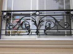 Balcones de Hierro, Artísticos y Artesanales Steel Stairs, Steel Railing, Balcon Juliette, Cast Iron Railings, Window Grill Design Modern, Balcony Railing Design, Iron Windows, Iron Balcony, Banisters