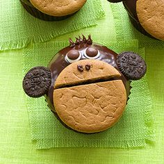 These cute monkey cupcakes are perfect for a jungle themed birthday party!