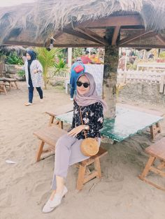 Modern Hijab Fashion, Street Hijab Fashion, Hijab Fashion Inspiration, Ootd Fashion, Casual Hijab Outfit, Ootd Hijab, Ootd Poses, Beach Ootd, Screen Wallpaper