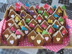 Lief huisje als traktatie Gingerbread Cookies, Desserts, Lisa, Food, Flower, Gingerbread Cupcakes, Tailgate Desserts, Dessert, Postres