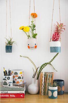 vasos de planta divertidos pendurados no teto por cordinhas