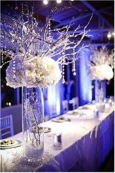 Bellissimo allestimento per un matrimonio invernale. Fiori bianchi e luci…