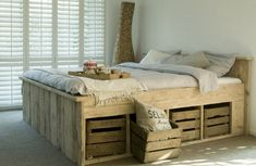 Scaffolding wood bed with fruit boxes - Cama de madera de andamios con cajas de frutas