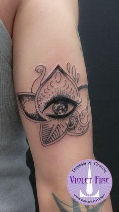Tatuaggio mehndi occhio su braccio, tatuaggio fiore di loto, tatuaggio occhio - Violet Fire Tattoo - tatuaggi maranello, tatuaggi modena, tatuaggi sassuolo, tatuaggi fiorano - Adam Raia