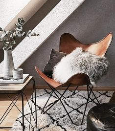 Leder-Sessel Butterfly The Butterfly armchair in brown leather is the it-piece in this living room. Bedding Master Bedroom, Bedroom Wall, Bedroom Decor, Room Rugs, Rugs In Living Room, Living Room Rocking Chairs, Furniture Design, Home Furniture, Bed Wall