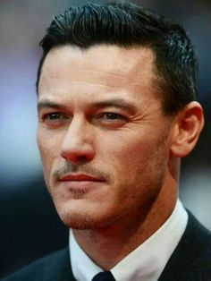 Luke Evans at the London Premier of Dracula Untold, he's so handsome Dracula Untold, Hot Actors, Raining Men, Universal Pictures, Good Looking Men, To My Future Husband, Gorgeous Men, Beautiful Smile, Youtubers