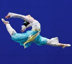 Classical Chinese Dance, the origin of gymnastic and acrobat. Amazing how can she do this!