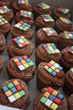 Rubiks cube cupcakes for your party Eighties Party, 70s Party, 80s Party Foods, 80s Birthday Parties, 30th Birthday, Bolo Youtube, 80s Party Decorations, 80s Food, Cupcake Cakes