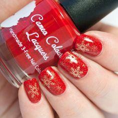 Golden Snowflakes Stamping Nail Art by @paulinaspassions