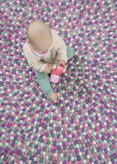 Die Fertigung von einem #Filzballkugelteppich ist eine Kunst, die Geduld und Leidenschaft erfordert. Viel einfacher ist unsere Teppiche zu genießen ;) Jetzt auf http://Sukhi.de klicken!