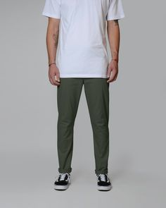 818 SLIM TWILL Japan Fashion, Fashion Men, Fashion Pants, Sneakers Fashion, Slim Fit Work Pants, Simple Outfits, Cool Outfits, Chinos Men Outfit, Olive Chinos
