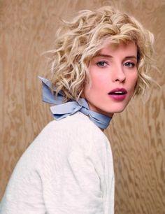 coupe courte, blonde, foulard, cheveux bouclés