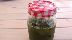 Ein grüner Smoothie der keine halben Sachen macht: Grünkohl, Spinat, Apfel und Gurke sind die Hauptbestandteile. Gesund ohne Ende. Grüne Smoothie POWER.