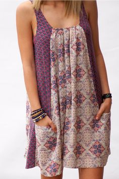 We are loving the mixed print of this simple and chic dress. A little bit of bohemian vibe, a lot...