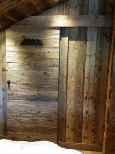 Porte coulissante en bois effet brut pour chalet