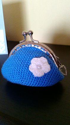 monedero azul a crochet con flor