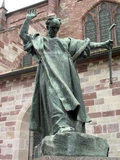 Luxeuil-les-Bains: Statua di San Colombano - France-Voyage.com