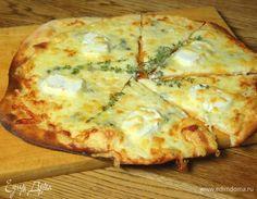 Пицца «Четыре сыра» от Юлии Высоцкой Здесь многое зависит от того, в какой области готовят эту пиццу: на севере Италии и в Неаполе могут использоваться совершенно разные виды сыра. Единственное, что соблюдается всегда, — сыр должен быть очень разным по вкусу и консистенции: обычно это моцарелла, которая дает нейтральную основу, какой-нибудь пикантный и яркий голубой сыр и еще два любых сыра с интересным вкусом. Из оставшегося теста можно сделать пиццу с другой начинкой или такую же, если она…