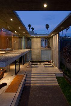 Deze woning heeft het allemaal. Een leefruimte die volledig rondom voorzien is van plafondhoge ramen, een knapterras metloungeruimte, een zwembad dat deels rondom